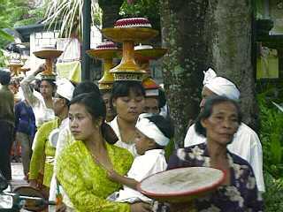 Women carrying offerings in Bali